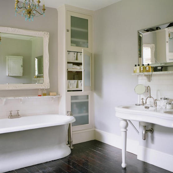 An English Bathroom With Dark Floors And Light Gray Walls.